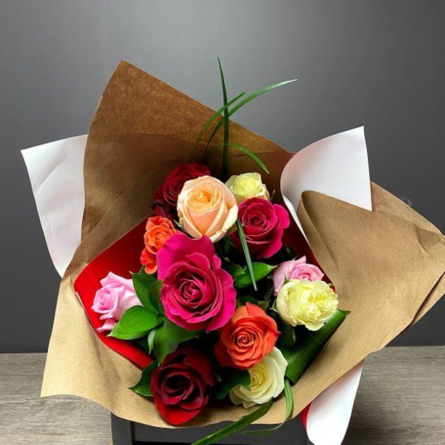 L'arc-en-ciel de l'amour 12 roses mix