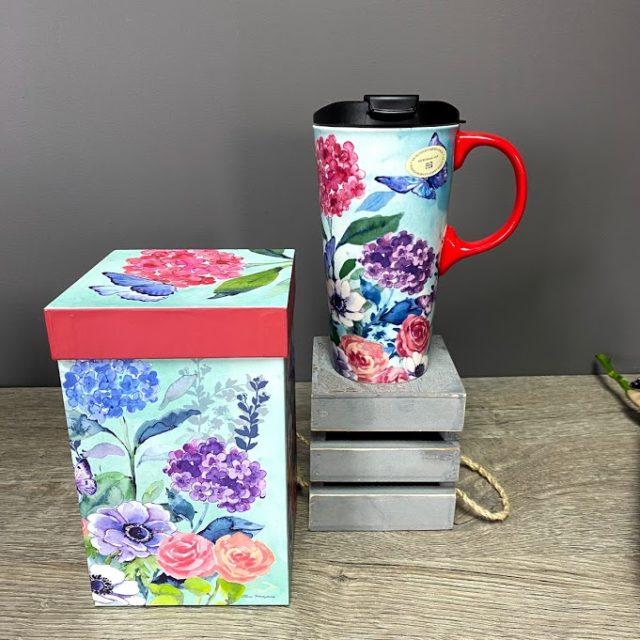 La tasse de voyage fleurie